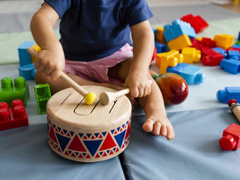 Aula de musicalização é pura diversão! Na Escolinha Alfabeto, as crianças têm contato com a música desde o Berçário. Essa atividade extracurricular desenvolve a criatividade, a sensibilidade e estimula o convívio social entre os alunos.