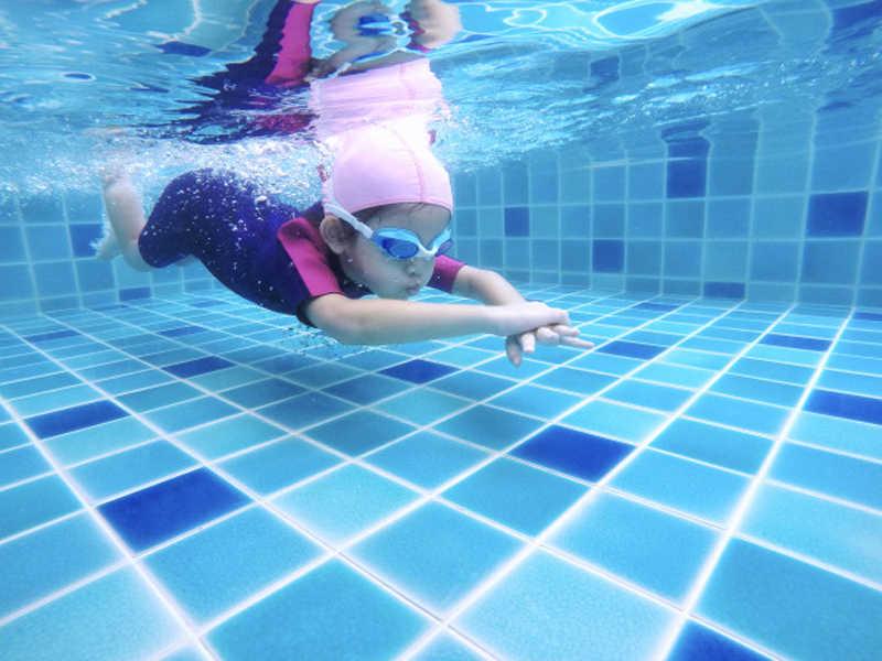 Na Escola Infantil Alfabeto, a Aula de Natação é desenvolvida em parceria com a Academia Aquática. As aulas acontecem uma vez por semana, sempre na piscina da academia e oferece inúmeros benefícios ao desenvolvimento das crianças.